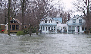 © Environment Canada.  Houses and streets flooded along Richelieu River in Quebec, spring of 2011.